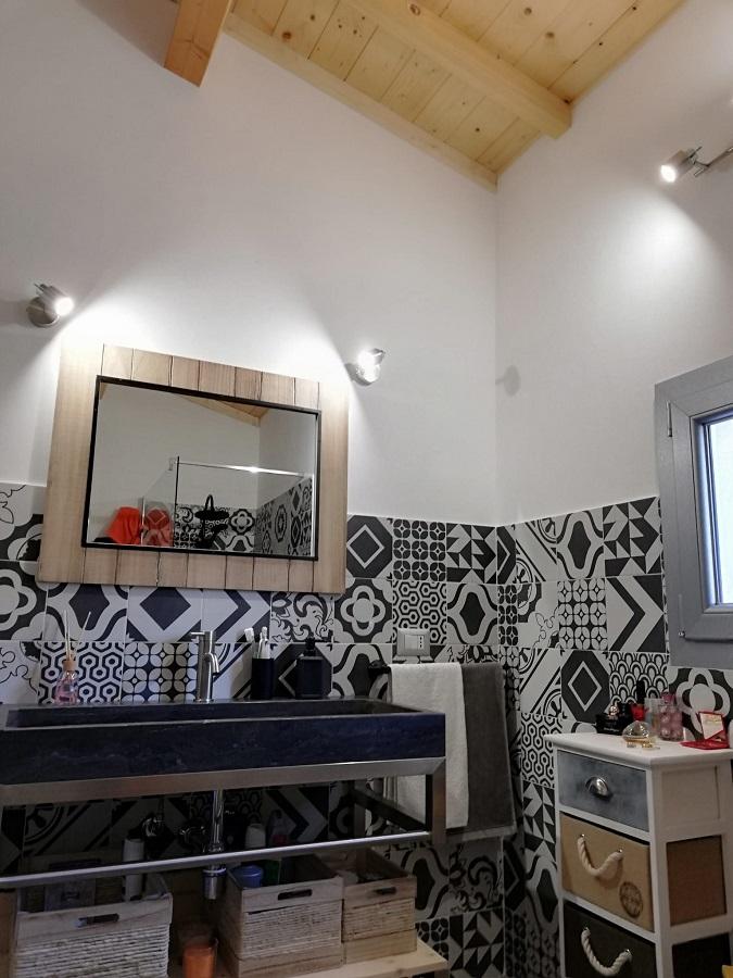 Interni casa bioedilizia residenziale zona bagno